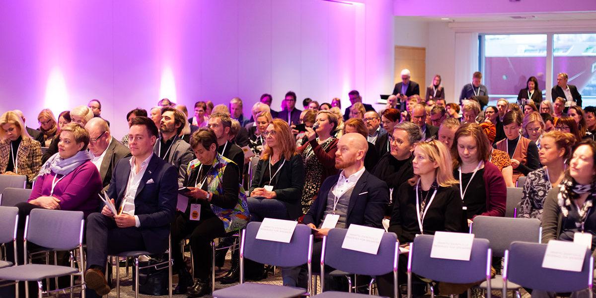 Mediapäivän yleisöä salissa.